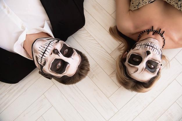 Пара с черепом составляют на хэллоуин