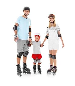 白い背景のローラースケートで息子とカップル