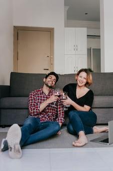 ソファーでワインとカップル