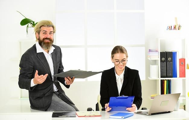 カップルはオフィスで働いています。法律相談。男と女のボスマネージャーディレクター。従属とチームワーク。ビジネスレポート。同僚のコミュニケーション。成功したビジネス。働くビジネスカップル。