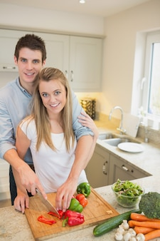 キッチンで働くカップル