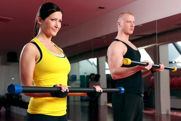 피트 니스 체육관에서 운동을하는 커플