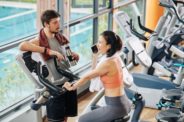 Пара, тренирующаяся в тренажерном зале