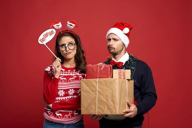 Coppia preoccupata per i preparativi del regalo di natale