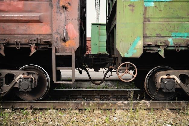 レールの上に立っている結合された古いロシアの貨物車両