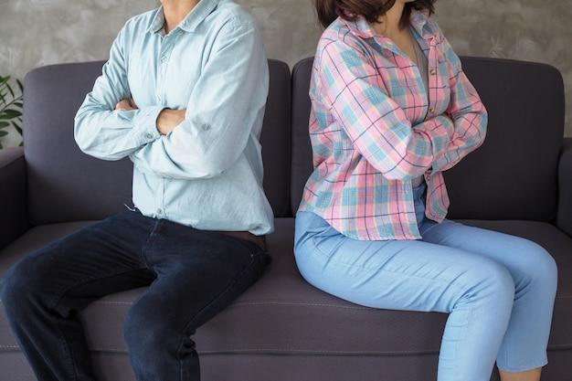 カップルは口論の後、退屈し、ストレスを感じ、動揺し、イライラします。家族危機と終わりを迎える人間関係の問題
