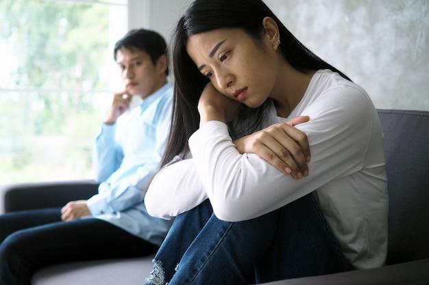 カップルは口論の後退屈、ストレス、動揺、イライラ