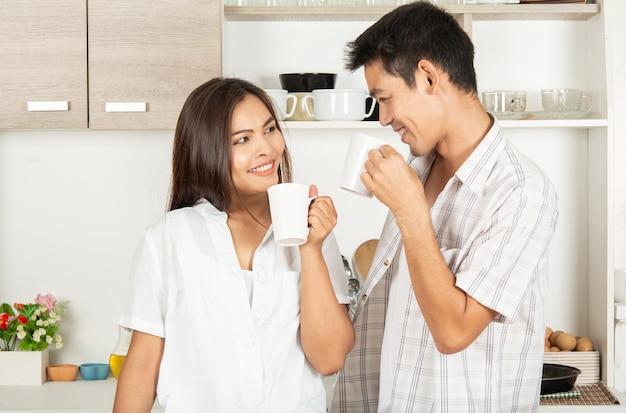 カップルは朝にコーヒーを飲みます。