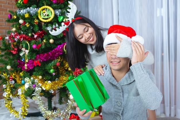 クリスマスプレゼントを楽しんでいるカップル