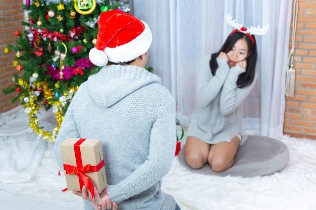 Coppie che godono con il regalo di natale