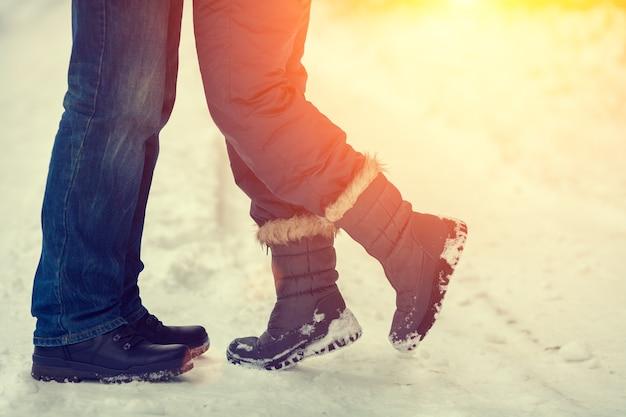 冬の屋外で恋をしているカップル
