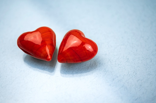 유리 테이블 배경에 빨간 하트 커플, 사랑의 개념