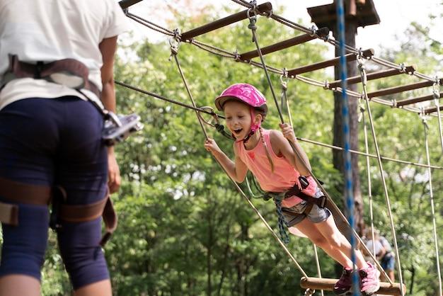 アドベンチャーパークで楽しんでいる勇気ある子供たち