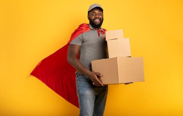 Курьер действует как могущественный супергерой. концепция успеха и гарантия отгрузки