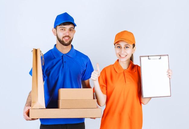 택배 소년과 파란색과 노란색 유니폼을 입은 소녀는 골판지 테이크 아웃 상자와 쇼핑 패키지를 들고 서명 목록을 제시하고 만족감을 느낍니다.