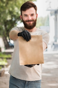 Курьер доставляет посылку