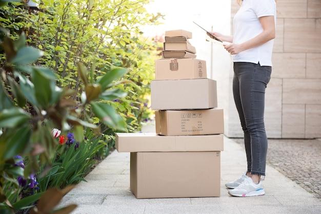 Курьер доставляет посылку. доставка посылочного ящика покупателю