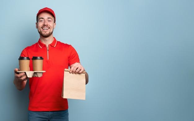 一杯のコーヒーと食べ物を配達する宅配便