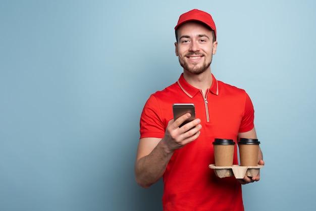 コーヒーのカップを提供する宅配便