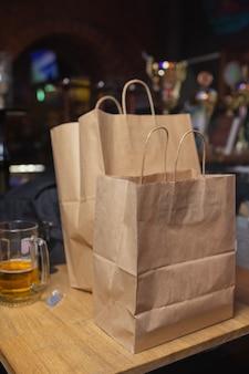 自宅での宅配便配達フードサービス女性宅配便は、注文に食べ物が入った名前のないバッグを配達しました