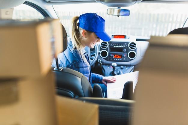 Девушка-курьер, сидящая в машине