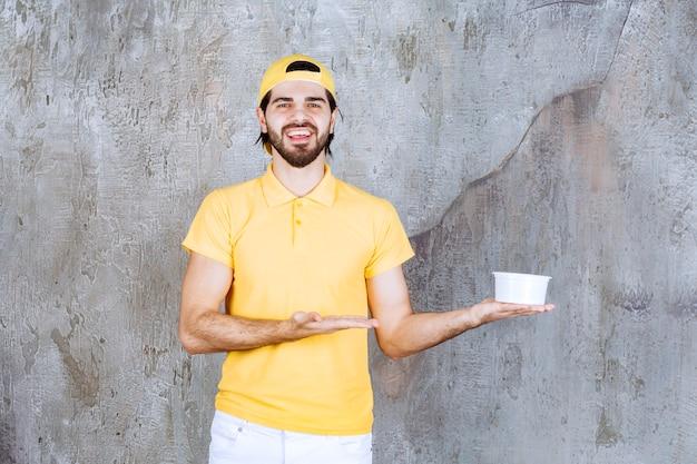 플라스틱 컵을 들고 노란색 제복을 입은 택배