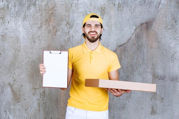 노란색 유니폼을 입은 택배가 테이크아웃 피자 상자를 들고 서명을 요구합니다.