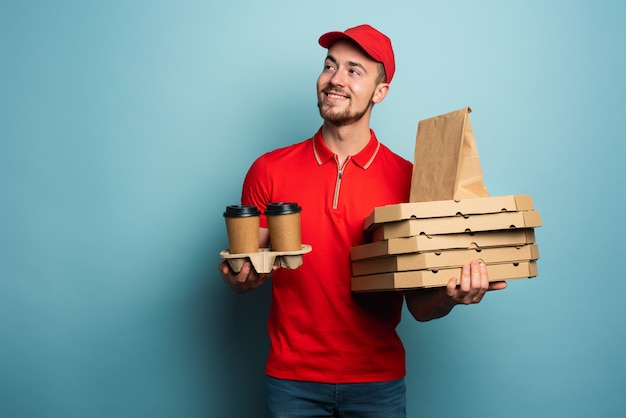 宅配便は、ホットコーヒー、ピザ、食べ物を喜んでお届けします。シアンの背景