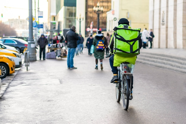 Курьер на велосипеде, доставивший вкусную еду на городских улицах b