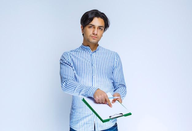 Corriere che presenta l'elenco delle firme e chiede un segno. foto di alta qualità