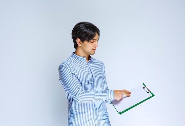 署名リストを提示し、署名を求める宅配便。高品質の写真