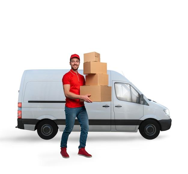 운송 트럭과 함께 패키지를 배달 할 준비가 된 택배.