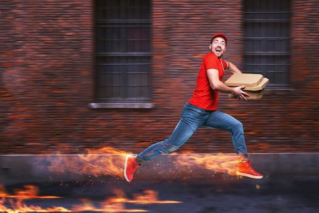 Курьер быстро бежит, чтобы быстро доставить пиццу огненными ногами