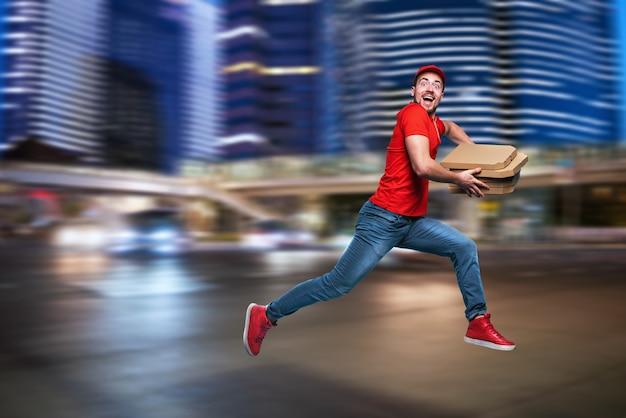 Курьер быстро работает, чтобы быстро доставить пиццу