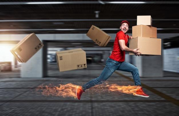 У курьера с огненными ногами много коробок к доставке