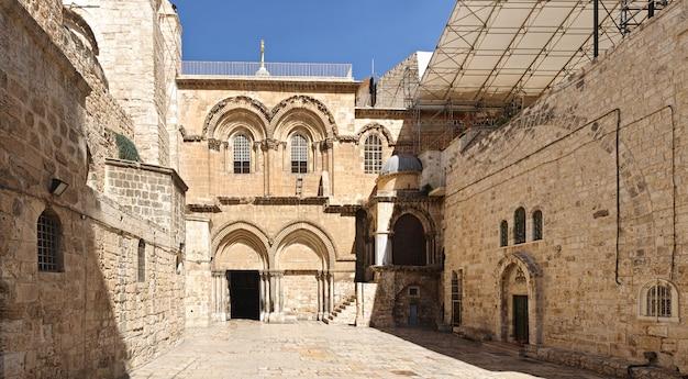 Двор и главный вход в храм гроба господня в иерусалиме, израиль