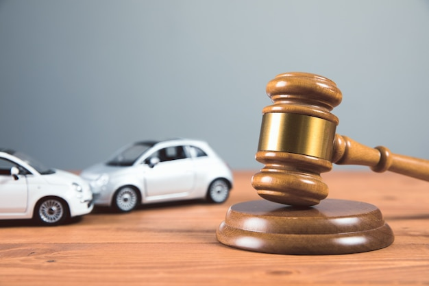 테이블 사고에 장난감 자동차와 법원 망치