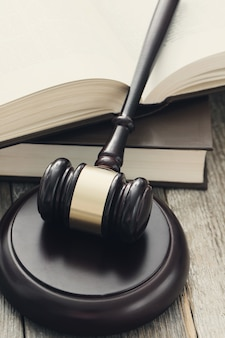 Придворный молоток и книги. концепция суждения и права