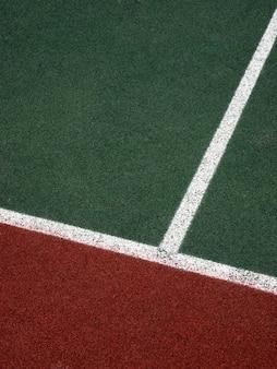 Корт с белыми, зелеными и коричневыми полосами, фон минимализм