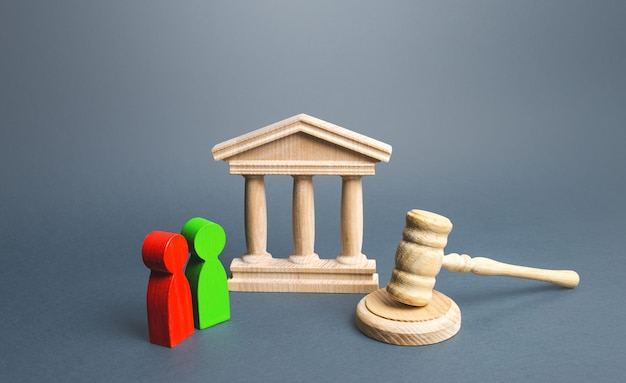 Здание суда и два оппонента разрешение конфликтов правосудие и верховенство закона