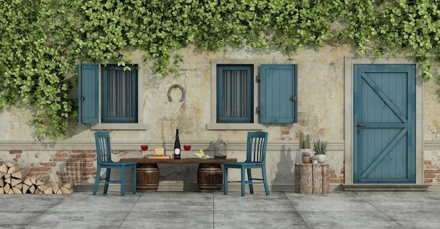 Двор старого загородного дома со стульями и едой на деревянной скамейке. 3d рендеринг