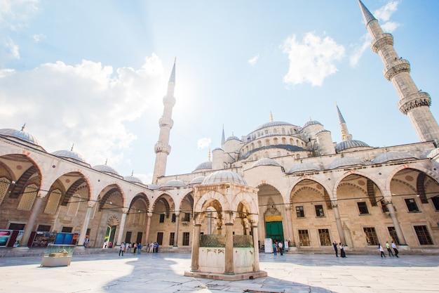 Двор голубой мечети - султан ахмед или мечеть султана ахмета в городе стамбул.