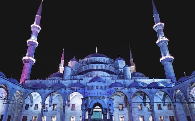夕暮れ時のブルーモスク(スルタンアフメットカミイ)の中庭、イスタンブール、トルコ