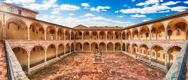 聖フランシスコ教会修道院の中庭、アッシジ、イタリア