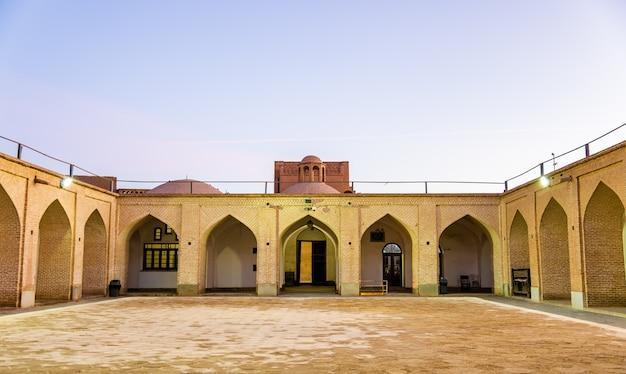 Двор мечети джаме в йезде в иране.