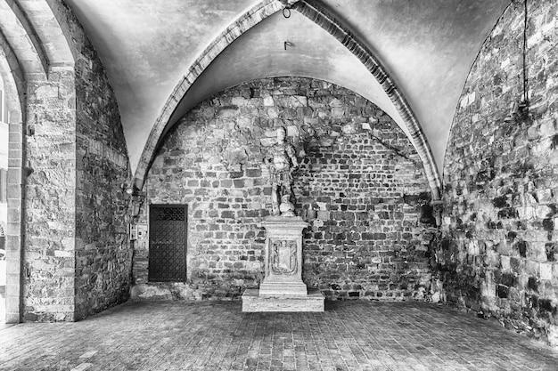 イタリア、トスカーナ、シエナ県モンタルチーノの主要なランドマークの1つである中世のパラッツォデイプリオーリの中庭