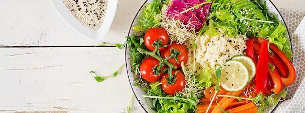 Миска с кус-кусом и овощами