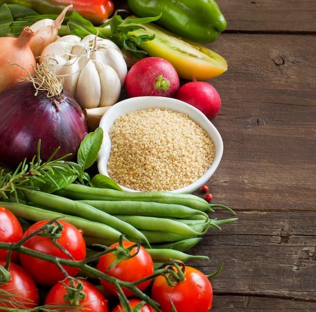 ボウルにクスクスと新鮮な野菜