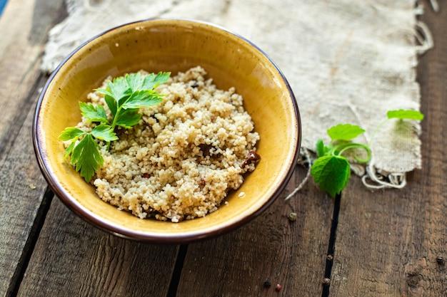 쿠스쿠스 고기 없음 야채 향신료 전채 부분 요리 테이블 건강 식품 식사