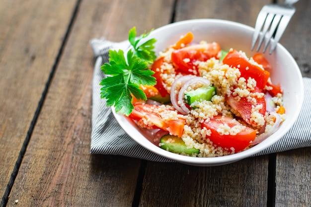 쿠스쿠스 샐러드 토마토 양파 오이 향신료 야채 전채 신선한 부분 케토 또는 팔 레오 다이어트
